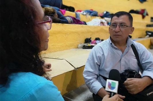 Policía de Guatemala detiene a periodista hondureño que acompaña caravana de migrantes