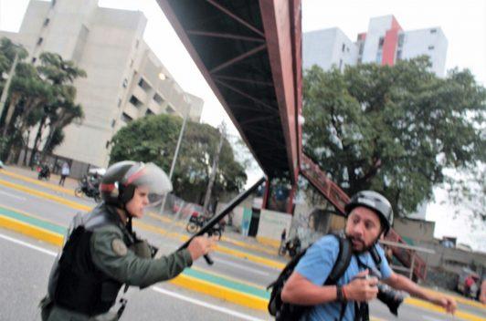 Militar intimidó y agredió a periodistas por cubrir protesta