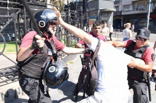 La Policía de la Ciudad detiene a dos reporteros gráficos