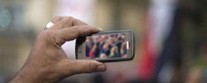 Arrancan teléfono móvil a periodista de un manotazo