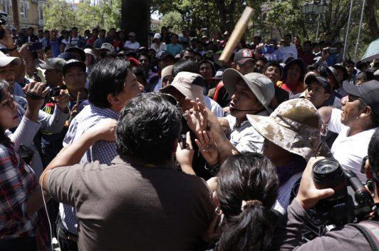 Transportistas agreden a periodistas bolivianos