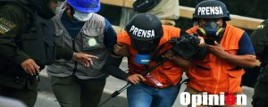 Dos periodistas bolivianos caen heridos por ataque con explosivo